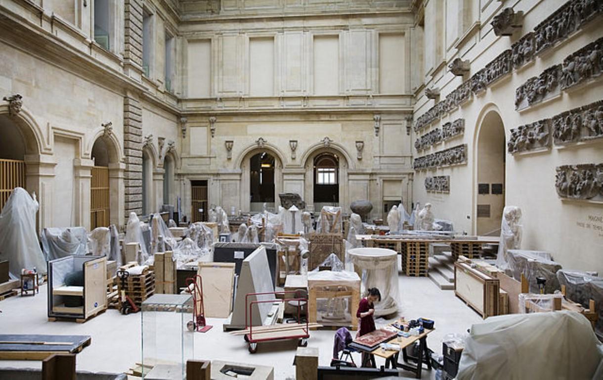 https://en.wikipedia.org/wiki/Louvre#/media/File:Paris_-_Restoration_workshops_in_the_Louvre_-_2408.jpg By © Jorge Royan /